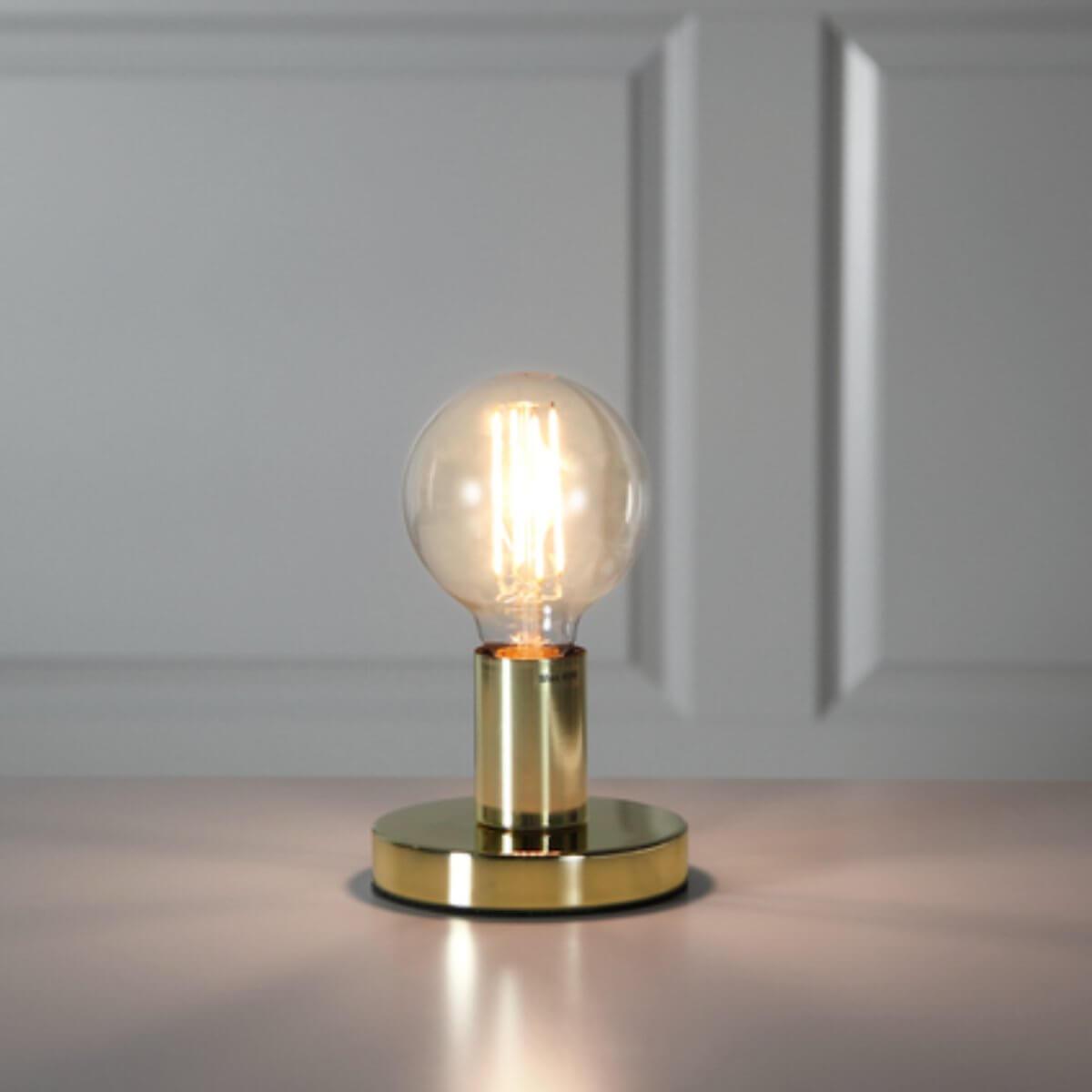 Leuchte mit goldenem Sockel