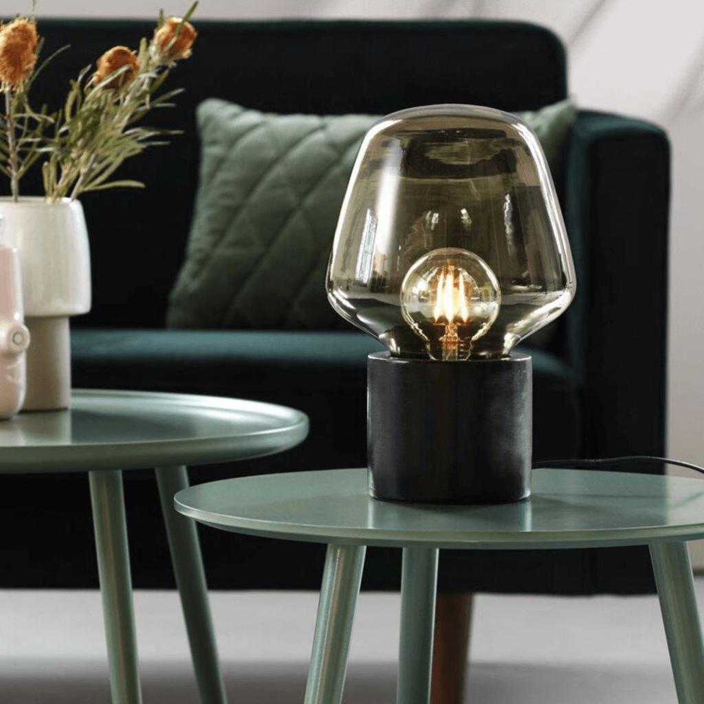 Lampe de table Christina en verre et béton noir